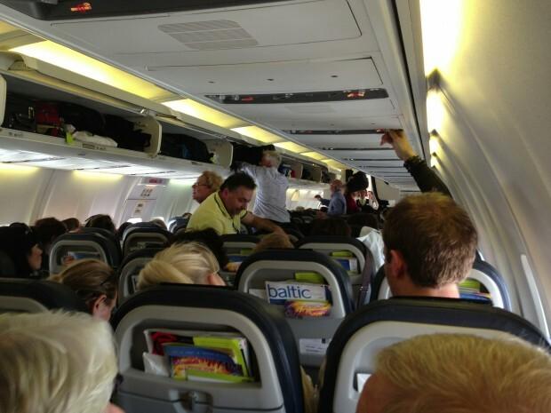 Cabine cheia e avião sem sistema de entretenimento