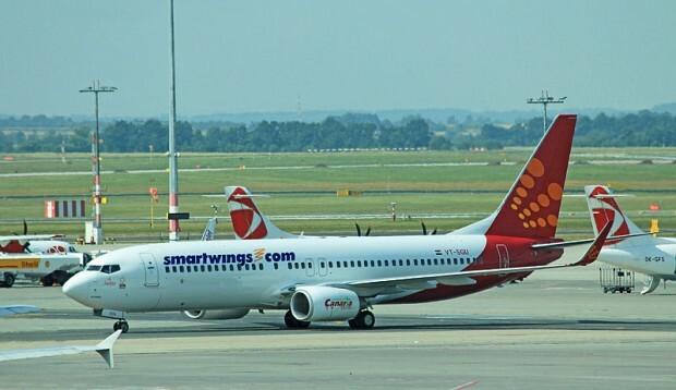 800px-Boeing_737_VT-SGU_Prague_2013_2