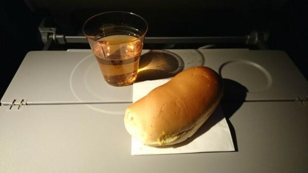 como-e-voar-qatar-airways-lanche