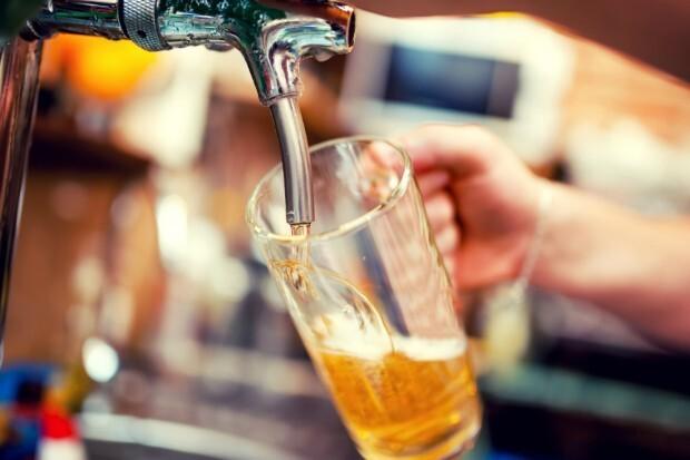 Nos pubs londrinos a cerveja é tirada na pressão
