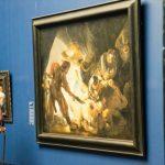 Visitante observa um belíssimo quadro do pintor Rembrandt, no Stadel