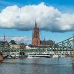 A Ponte de Ferro, o rio Meno e a Torre da Kaiserdom