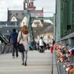 A ponte de Ferro está cheia de cadeados do amor em toda a sua extensão