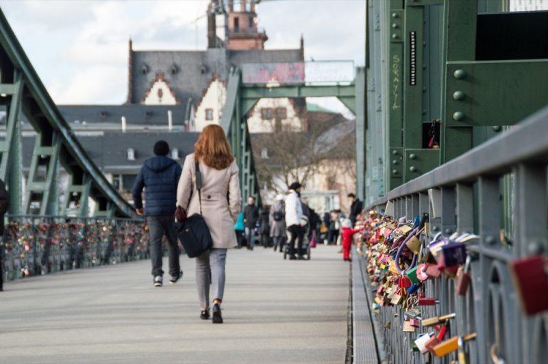 A ponte está cheia de cadeados do amor em toda a sua extensão