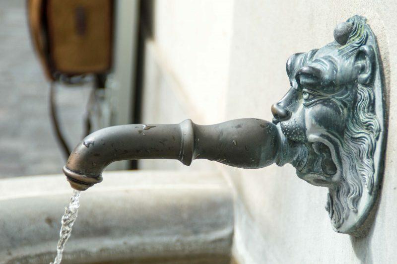 Fontes de água potável estão espalhadas por toda a cidade