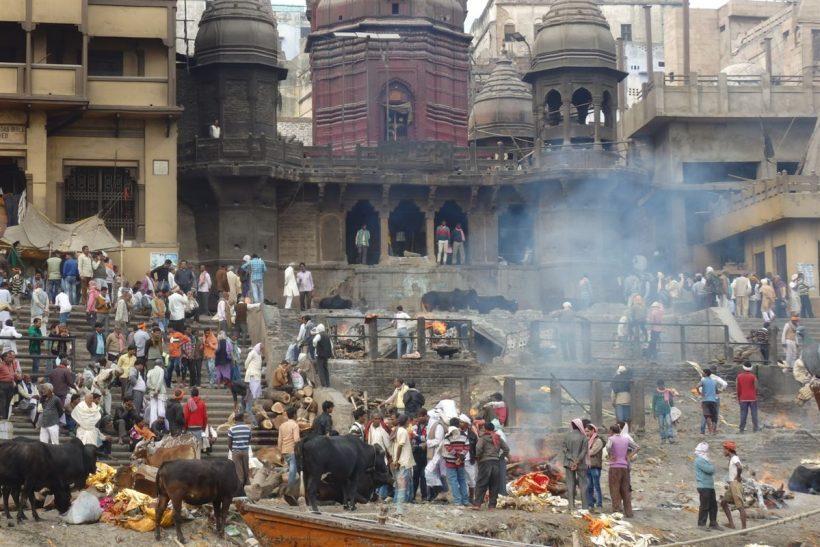 Cremação em Varanasi, à beira do rio Ganges, Índia