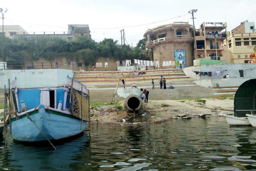 Esgoto no rio Ganges, Índia