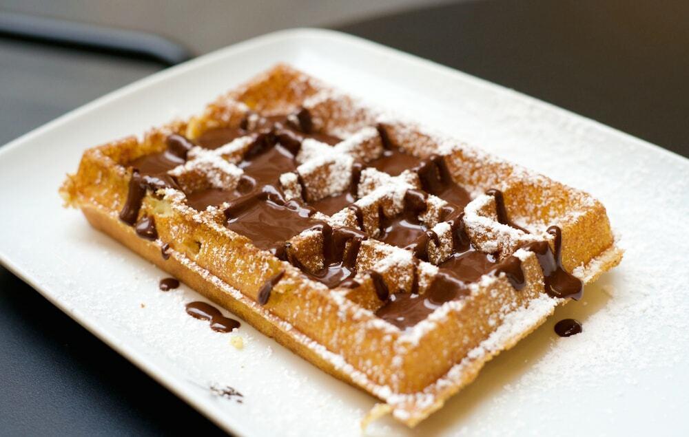 Waffle com calda de chocolate de Bruxelas