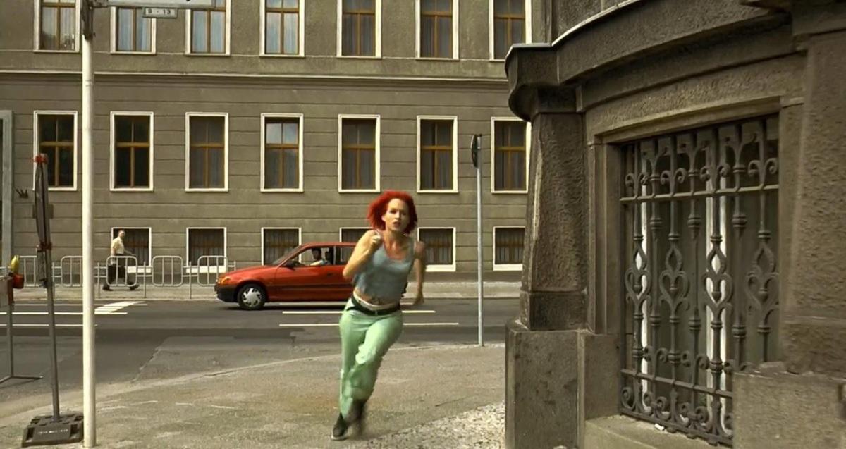 Lola corre pelas ruas de Berlin