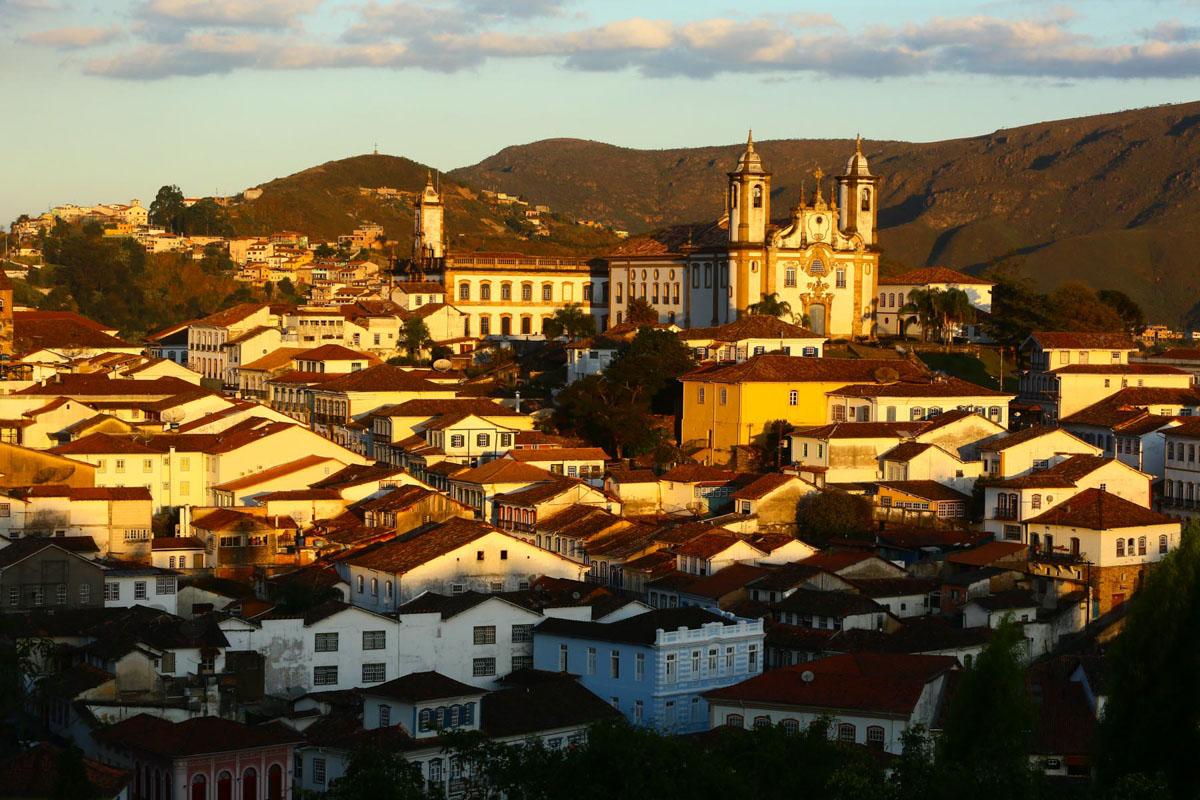 """Ouro Preto ganha tons amarelados com a """"golden hour"""" no pôr do sol"""