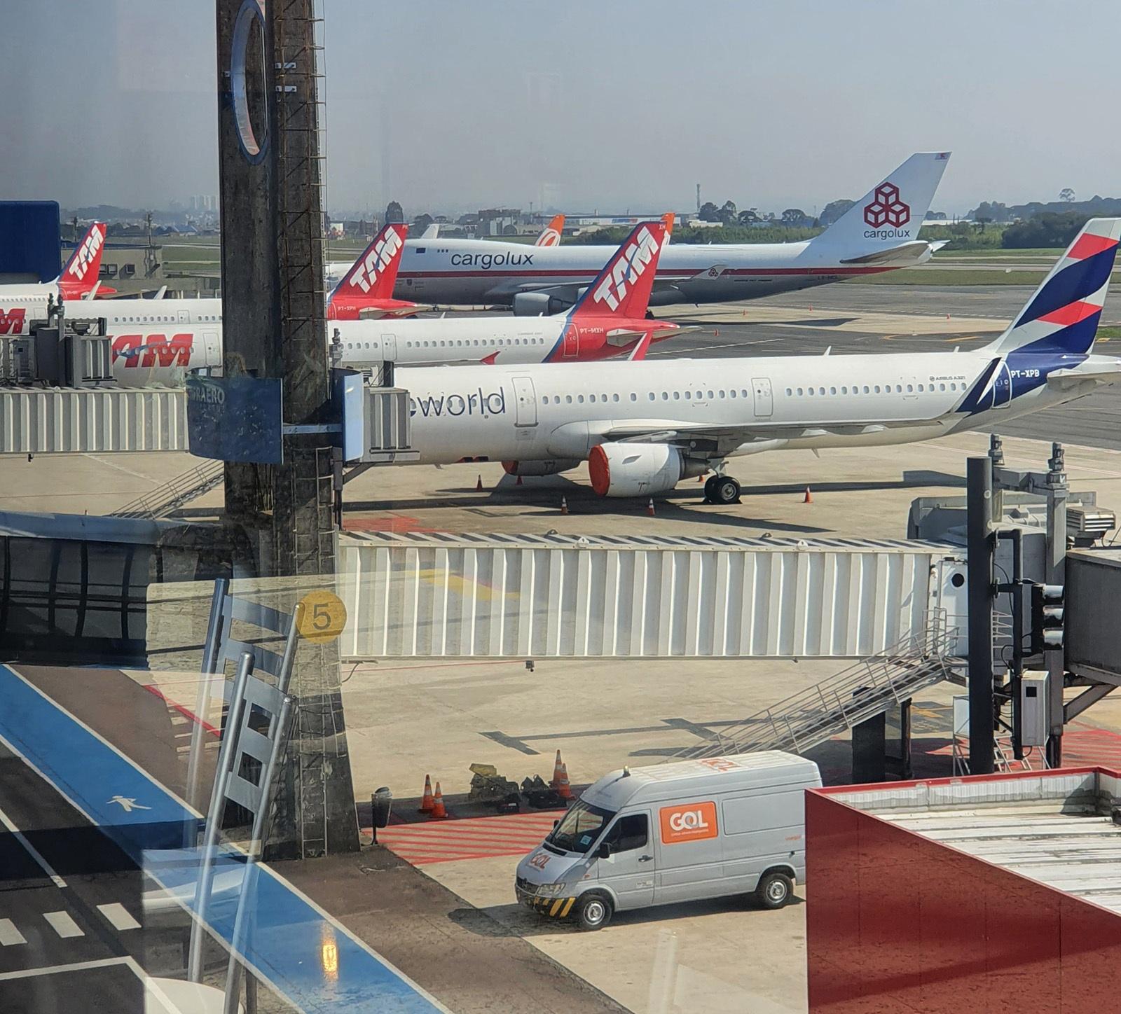 aeronaves no aeroporto internacional de Curitiba