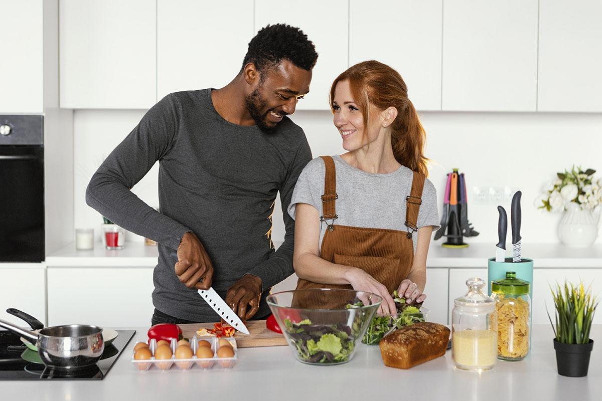 casal cozinhando ferias em casa